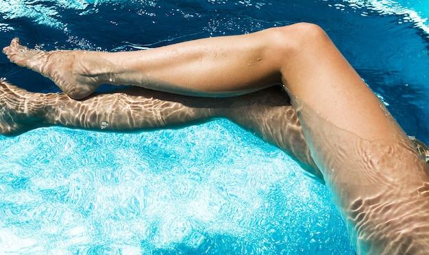 수영장에서 아름 다운 여자 다리입니다.