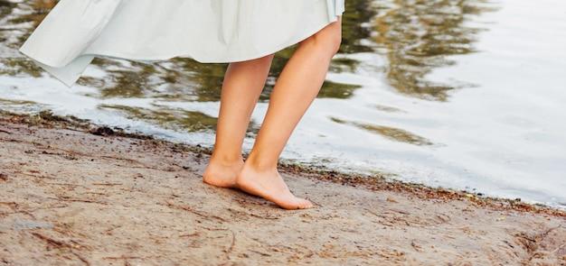 Красивая женщина ноги на пляже.