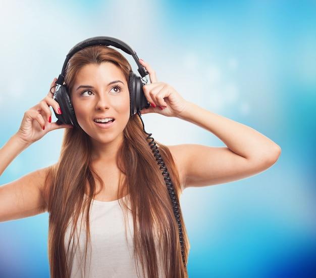 Bella donna l'ascolto di musica in cuffia.