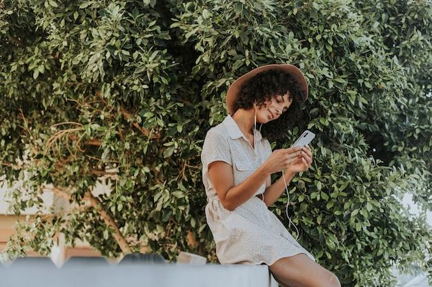 식물원에서 음악을 듣고 아름 다운 여자