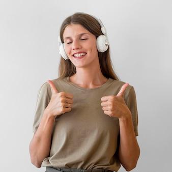 音楽を聴く美しい女性