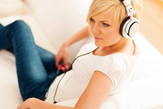 音楽を聴いている美しい女性