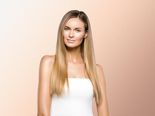 美しい女性の長い髪の金髪の自然な肖像画と美容メイク。ベージュに。