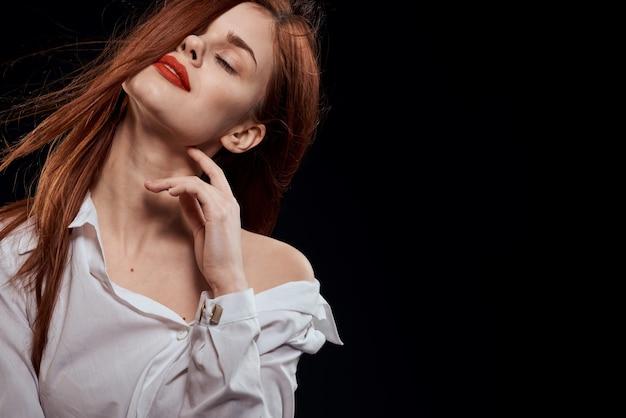 Красивая женщина длинные волосы красные губы белая рубашка темный