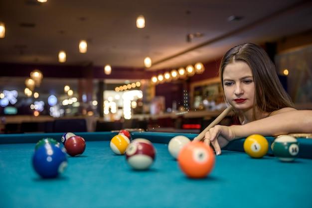 테이블에 당구 공을보고 아름 다운 여자