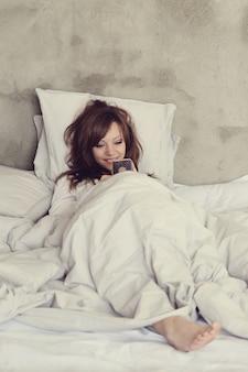 침대에 누워있는 아름 다운 여자