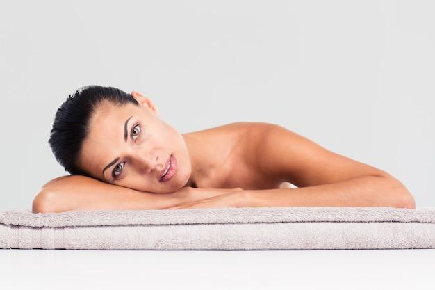 Красивая женщина, лежа на массажном шезлонге