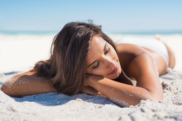 砂の上に横たわる美人