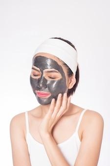 Красивая женщина маскирует лицо на белом фоне