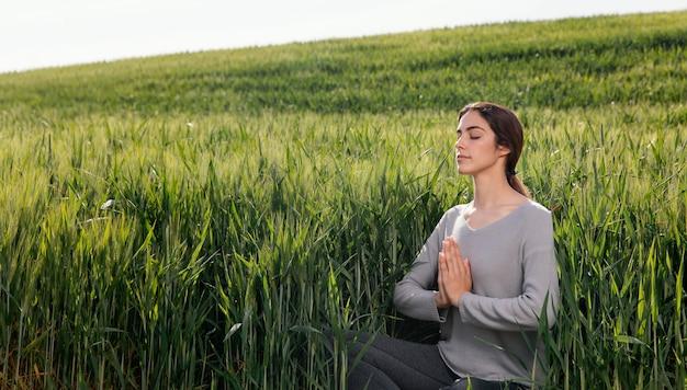 Bella donna che medita nella natura