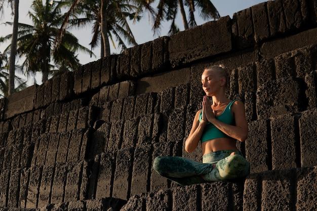 Красивая женщина медитирует на открытом воздухе