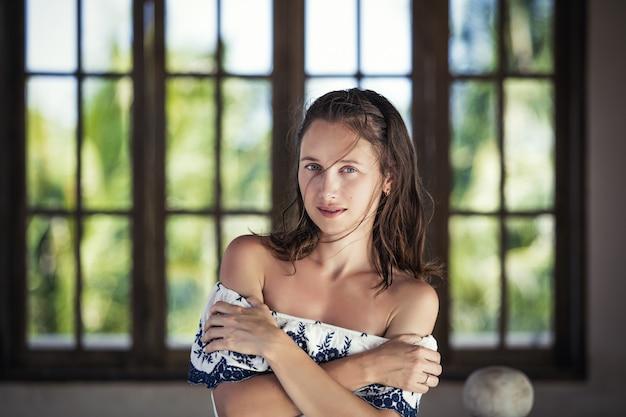 Модель красивая женщина модно и сексуально на фоне старых деревянных окон
