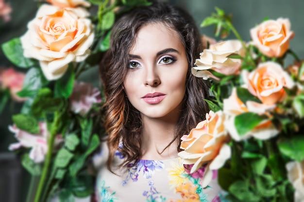 庭の美しい変身とバラの色の美しい女性モデル