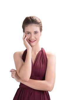 Красивая женщина модель создает руку представить ее лицо на белом фоне, мода портрет