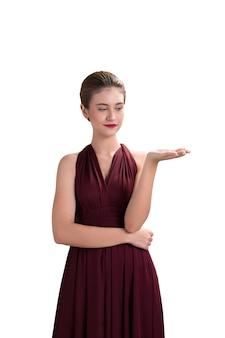 Красивая женщина модель создает руку подарок для продукта на белом фоне, модный портрет