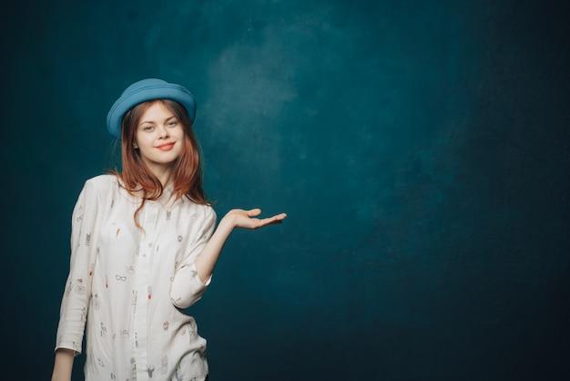 青色の背景にポーズ美しい女性モデル