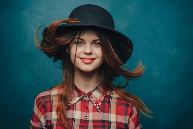 青でポーズ美しい女性モデル