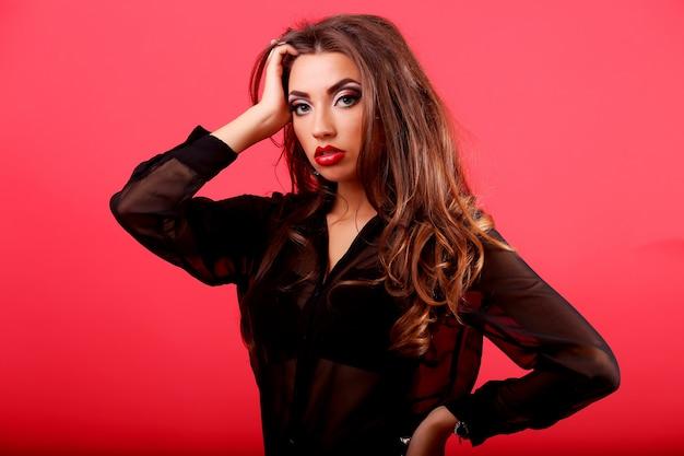 長い茶色のカールした髪の美しい女性モデル