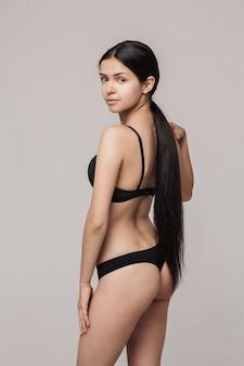 化粧なしの長い髪の美しい女性モデル