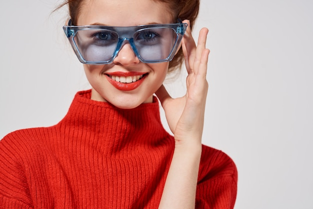 美しい女性のモダンなスタイルのサングラス明るい背景。高品質の写真