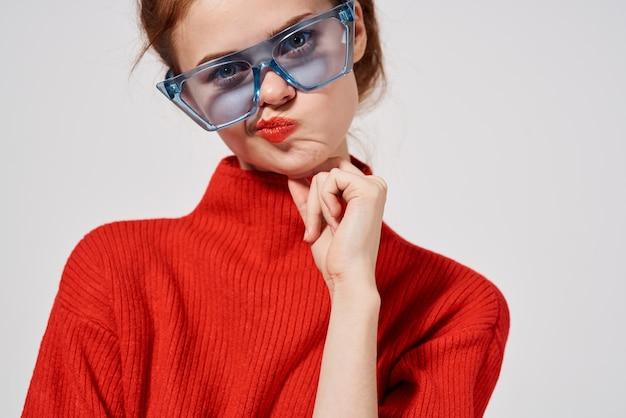 아름 다운 여자 현대적인 스타일 선글라스 밝은 배경