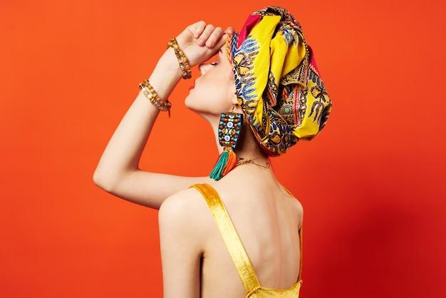 아름 다운 여자 여러 가지 빛깔된 목도리 민족 아프리카 스타일 빨간색 배경입니다. 고품질 사진