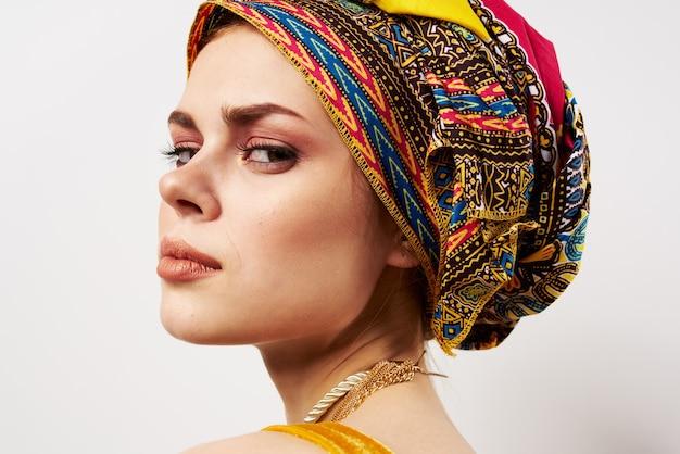 彼女の頭の装飾の伝統的な服のクローズアップに美しい女性の色とりどりのターバン。高品質の写真