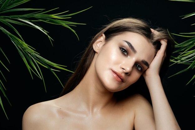Красивая женщина голые плечи косметика очарование зеленые листья экзотические