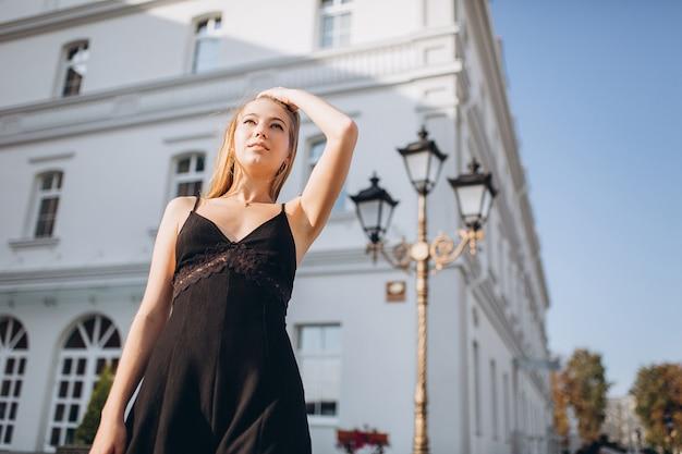 Красивая женщина естественное лицо светлые волосы повседневная женщина открытый портрет образ жизни красота девушка
