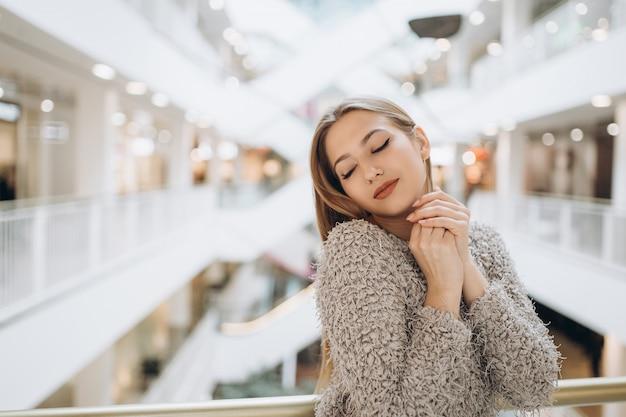美しい女性の自然な顔のそばかすカジュアルな女性をクローズアップ肖像画だけでショッピングセンターでのライフスタイルの美しさの少女