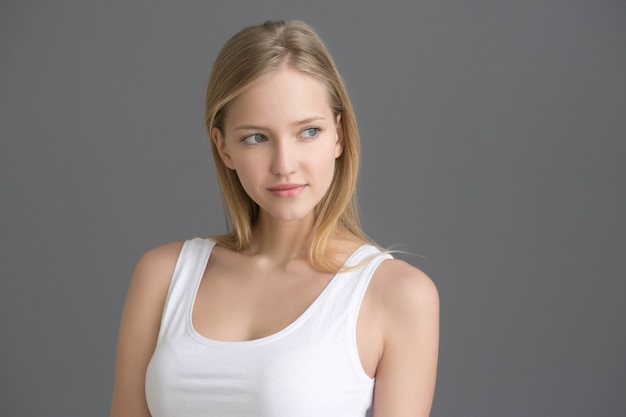 Портрет красивой женщины естественный. студийный снимок.