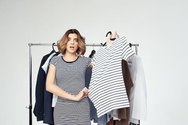 옷 쇼핑 중독 빛 배경 근처 아름 다운 여자 프리미엄 사진