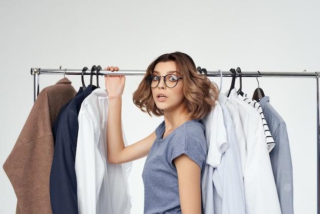 옷 쇼핑 중독 빛 배경 근처 아름 다운 여자