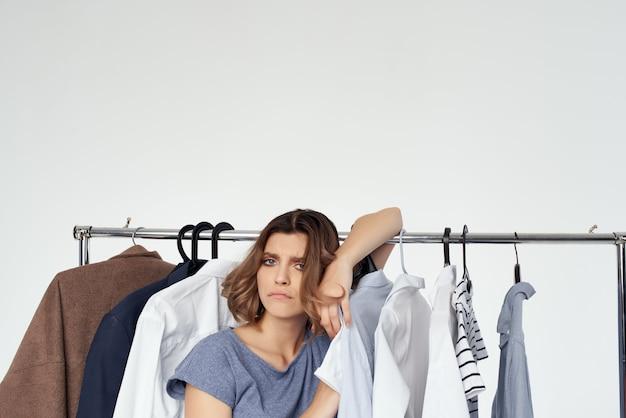 Красивая женщина возле шопоголической студии одежды