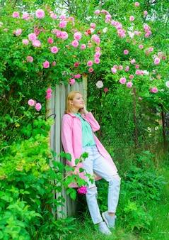 Красивая женщина возле розовых роз в саду красивая девушка в цветущем саду элегантная дама в цвету