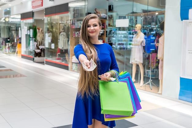 쇼핑에 대 한 달러 지폐를 제공하는 아름 다운 여자