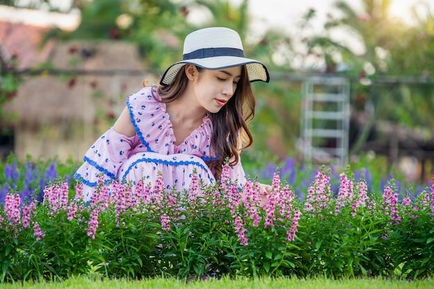 꽃 정원에서 아름 다운 여자입니다.
