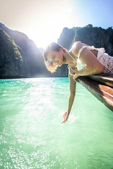タイのロングテールボートで美しい女性