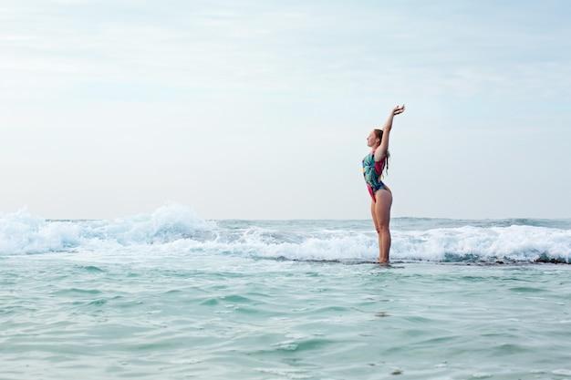 폭풍우 치는 바다에서 암초에 아름 다운 여자