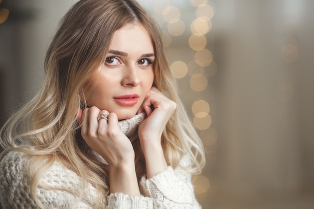 Красивая женщина на новогоднем фоне