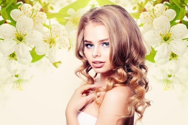 Красивая женщина на фоне здоровых цветочных
