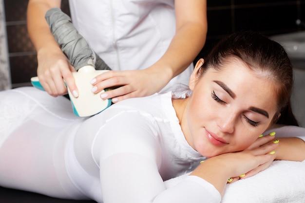 Красивая женщина на процедуре массажа lpg.