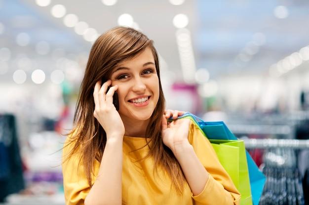 쇼핑몰에서 전화에 아름 다운 여자