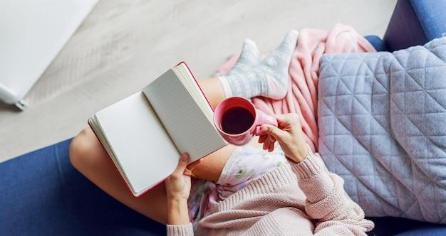 ソファの読書で美しい女性