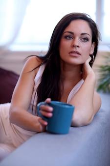 ソファの上の美しい女性