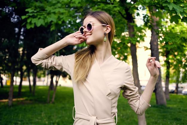 美しい女性の屋外散歩ファッション夏の市内旅行