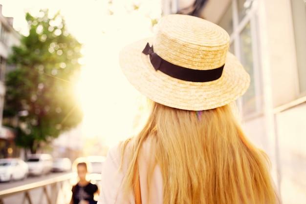 美しい女性アウトドアウォークファッション夏のライフスタイル