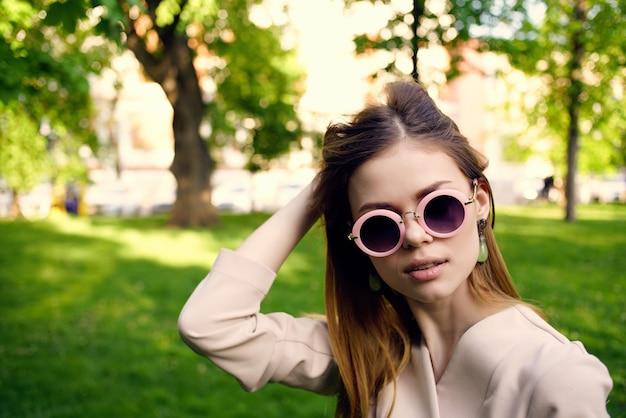 아름 다운 여자 야외 산책 패션 여름 모델