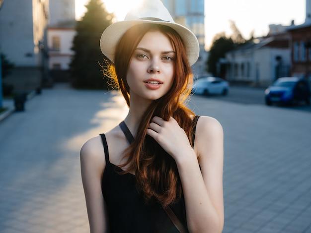 美しい女性の屋外散歩休憩旅行ライフスタイル