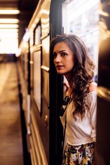 ブダペストの地下鉄の美しい女性の乗客。ライフスタイルと交通機関のコンセプト。